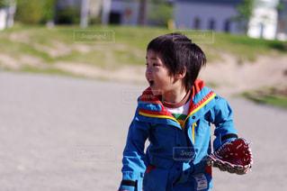 キャッチボールをする少年の写真・画像素材[1017580]