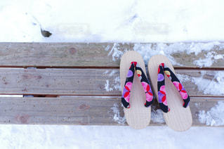 木製ベンチの靴 - No.1043160