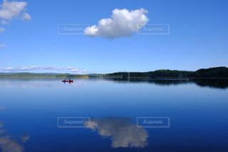水の大きな体で小さなボートの写真・画像素材[1101185]