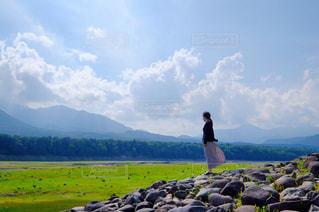 山の前に立っている女の写真・画像素材[1101196]
