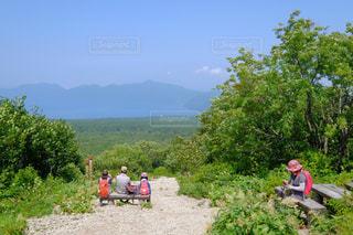 公園で座っている人々 のグループの写真・画像素材[1408388]
