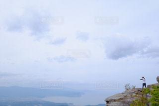 絶景を見ながら体操する女性の写真・画像素材[1410110]