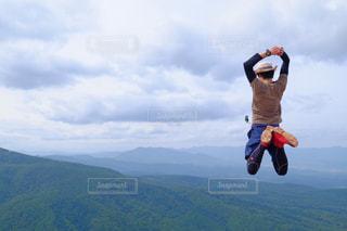 山の上に空気を通って飛んで人の写真・画像素材[1410113]