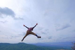 山の上に空気を通って飛んで男の写真・画像素材[1410146]