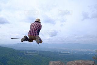 山の上に空気を通って飛んで男の写真・画像素材[1410147]