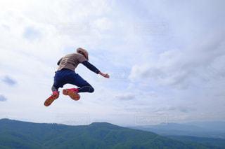 空気中のジャンプ男の写真・画像素材[1410149]