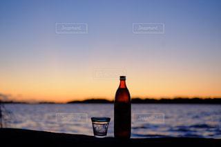 夕暮れの酒の写真・画像素材[1449379]