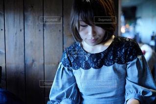 青いシャツの女性の写真・画像素材[1610583]