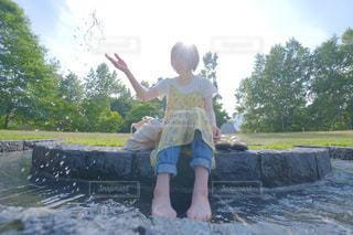 輝く笑顔と水しぶきの写真・画像素材[2344450]