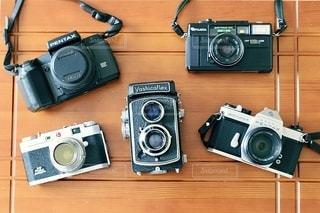 テーブルの上のカメラの写真・画像素材[3378339]