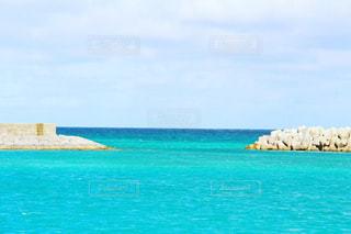 海の横にある水の体の写真・画像素材[923972]