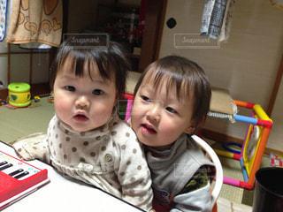 テーブルに座っている小さな子供の写真・画像素材[1180328]