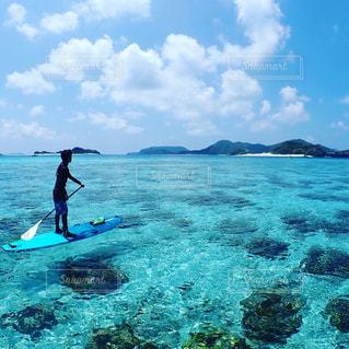水の体の上に波に乗っている男の写真・画像素材[1386054]