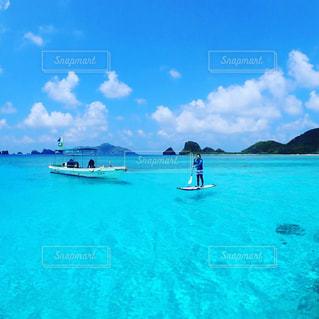 水体を泳ぐ人たちのグループの写真・画像素材[1386090]