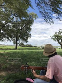 男性,演奏,雲,晴れ,後ろ姿,帽子,ギター,河原,風,ハット,後ろ,柳,そよ風