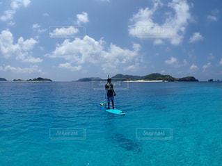男性,海,空,島,青,後ろ姿,水,水着,沖縄,夏休み,慶良間諸島,離島,後ろ,座間味,慶良間,sup,サップ,ラッシュガード