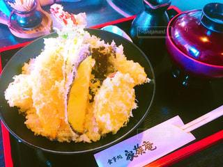 テーブルの上に食べ物のプレートの写真・画像素材[746131]