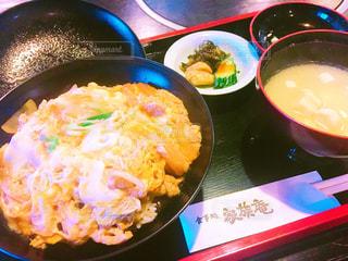 テーブルの上に食べ物のボウルの写真・画像素材[749841]