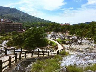 背景の山と水体以上の長い橋の写真・画像素材[753982]