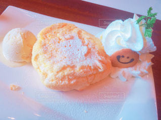 皿の上のケーキの一部の写真・画像素材[768339]