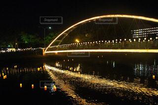 大きな橋が夜ライトアップ - No.858832