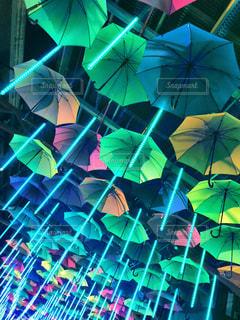 近くにカラフルな傘のアップ - No.895969