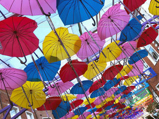 カラフルな傘の写真・画像素材[1113073]