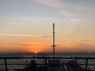 風景,海,空,屋外,太陽,晴れ,夕焼け,船,水面,光,旅行,旅,フェリー,夕陽,瀬戸内海,船上,瀬戸