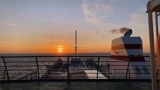 海,空,屋外,太陽,ボート,晴れ,夕焼け,夕暮れ,船,水面,光,フェリー,煙突,夕陽,瀬戸内海,船上,甲板
