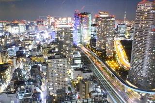 高層ビルに囲まれた交通で満たされた街の通りの写真・画像素材[4068379]