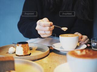 食べ物,コーヒー,屋内,テーブル,皿,人物,人,マグカップ,食器,カップ,紅茶,ドリンク,ファストフード,おしゃれ,フォトジェニック,おしゃれカフェ,食器類,コーヒー カップ,受け皿