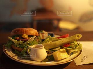 近くのテーブルの上に食べ物のプレートの写真・画像素材[859850]