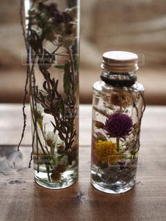 テーブルの上にガラス花瓶の写真・画像素材[894630]