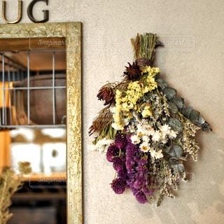 テーブルの上の花の花瓶の写真・画像素材[894633]