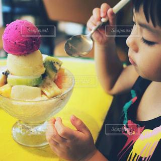 マンゴーかき氷を食べている子供の写真・画像素材[918471]