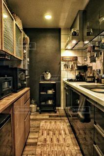 デザイン家電と木製のキャビネットを備えたモダンなキッチンの写真・画像素材[2934377]