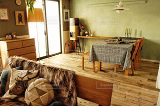 リビングルームとダイニングテーブルの写真・画像素材[2934378]