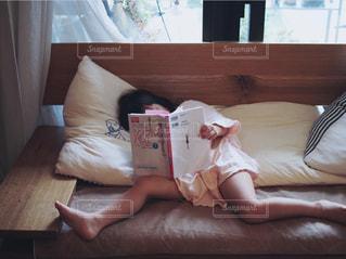 お家のソファーで本読みの写真・画像素材[3104338]