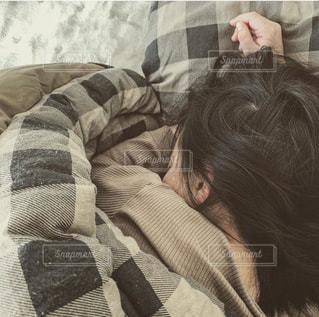 ベッドに横たわっている娘の写真・画像素材[3104346]
