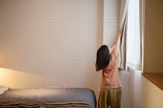 カーテンを開ける子供の写真・画像素材[3316645]