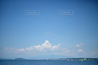 雲と海とヨットの写真・画像素材[3356413]