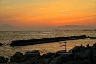 鳥居のある夕景の写真・画像素材[3399979]