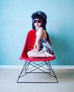 夏コーデ 椅子に座っている女の子の写真・画像素材[3422302]