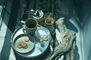 カフェ,コーヒー,花瓶,皿,リラックス,マグカップ,食器,カップ,おうちカフェ,ドリンク,おうち,ライフスタイル,大皿,ボウル,食器類,コーヒー カップ,磁器,おうち時間,受け皿