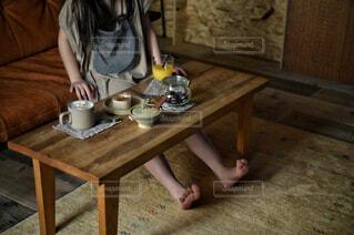カフェ,風景,屋内,テーブル,床,人物,リラックス,人,家具,おうちカフェ,ドリンク,おうち,ライフスタイル,おうち時間