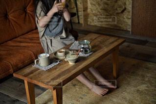 カフェ,風景,屋内,テーブル,床,人物,リラックス,人,食器,家具,おうちカフェ,ドリンク,おうち,ライフスタイル,おうち時間