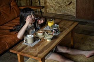 食べ物,カフェ,コーヒー,キッチン,屋内,テーブル,床,人物,リラックス,人,マグカップ,食器,家具,おうちカフェ,ドリンク,おうち,ライフスタイル,ケトル,ボウル,食器類,コーヒー カップ,おうち時間,受け皿