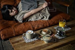 カフェ,コーヒー,屋内,人物,リラックス,人,マグカップ,食器,紅茶,おうちカフェ,ドリンク,おうち,ライフスタイル,食器類,コーヒー カップ,おうち時間,受け皿