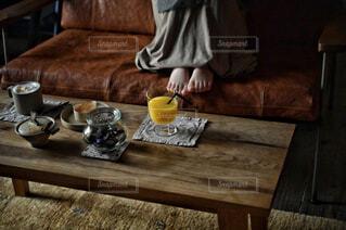 カフェ,コーヒー,屋内,花瓶,テーブル,リラックス,食器,おうちカフェ,ドリンク,木目,おうち,ライフスタイル,おうち時間