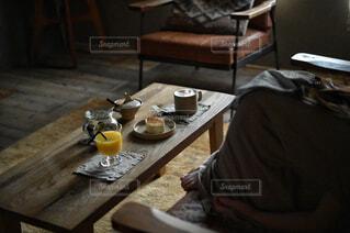 食べ物,カフェ,コーヒー,屋内,花瓶,椅子,テーブル,リラックス,食器,家具,おうちカフェ,ドリンク,木目,おうち,ライフスタイル,ボウル,おうち時間,受け皿,コーヒー テーブル